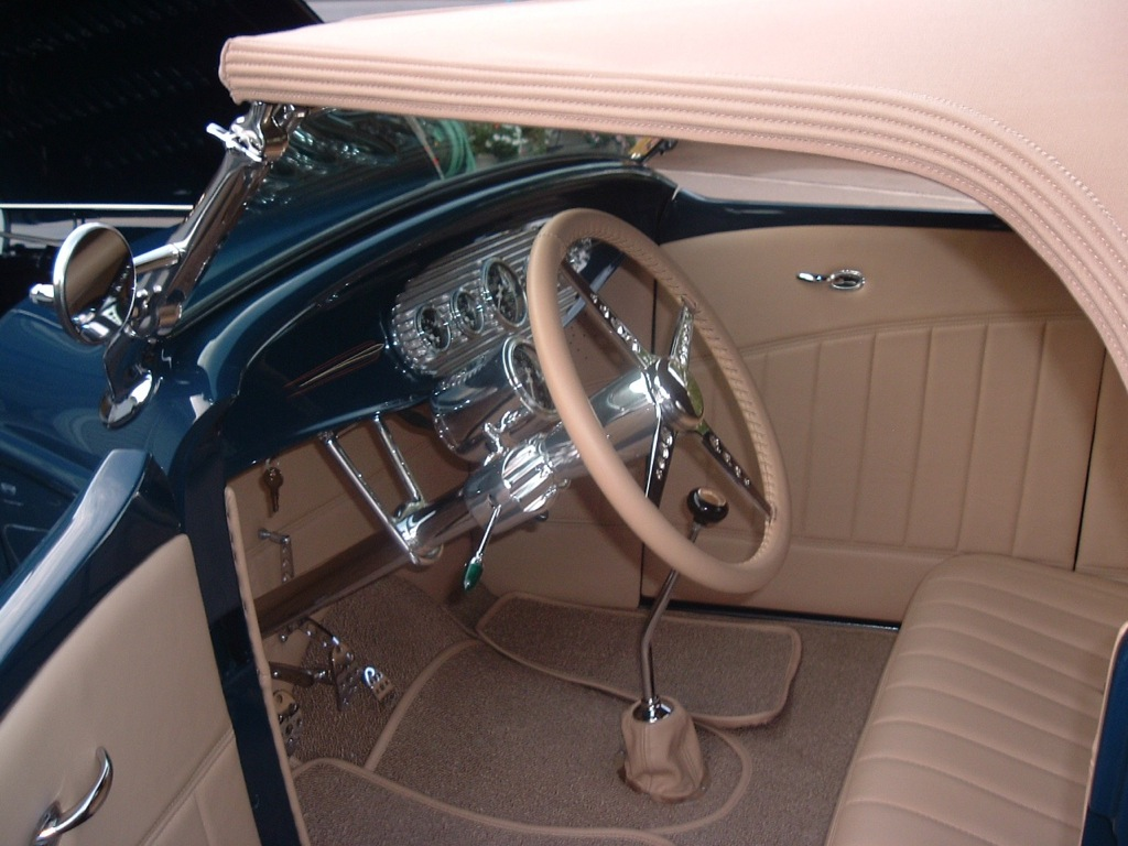 Subtle Cream Interior<br/>with the dark blue paint<br/>Classic!